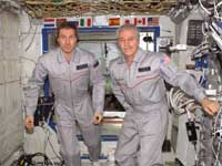 Expedition 11 Commander Sergei Krikalev (links) en Flight Engineer John Phillips